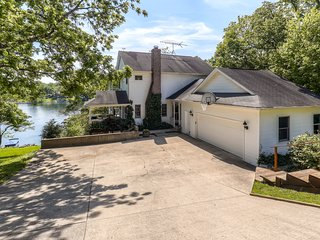 Custom Designed 4BR Lakefront Home in Lawrenceburg w/Wifi, Enormous Private Dock, & All Amenities Needed for a Relaxing Lake Retreat! - Lawrenceburg vacation rentals