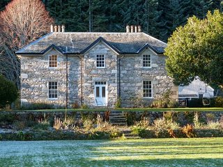 DALVRECHT MANSE, detached cottage, character features, woodburner, open fire, large garden, Tomintoul, Ref 941103 - Tomintoul vacation rentals