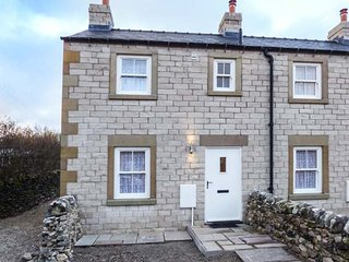 3 PRIMITIVE CROFT, end-terrace, pet-friendly, woodburner, enclosed garden, in Chelmorton, Ref 941341 - Chelmorton vacation rentals