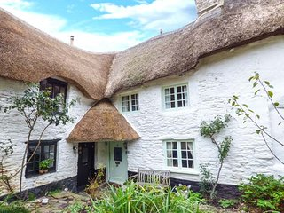 SWEET TUMBLEDOWN, thatched cosy characterful cottage, courtyard garden, Ringmore, Ref 947016 - Kingsbridge vacation rentals