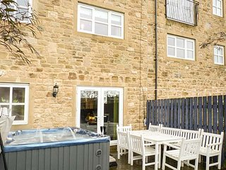 PINNACLE VIEW, modern and spacious, hot tub, pet-friendly, in Cowling, Keighley, Ref 945327 - Keighley vacation rentals
