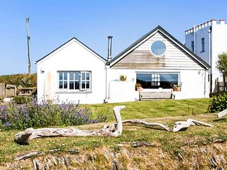 HALZEPHRON COTTAGE, fantastic views, galleried bedroom, woodburning stove, Gunwalloe, Ref 946382 - Helston vacation rentals