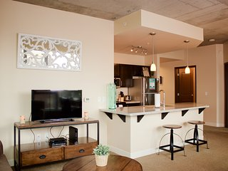 Beautiful Park Avenue Apartment by Stay Alfred - Portland vacation rentals