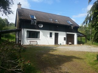 Cosy Loch Ness woodland cottage, detached, mountain views, 2 bathrooms, log fire - Inverfarigaig vacation rentals