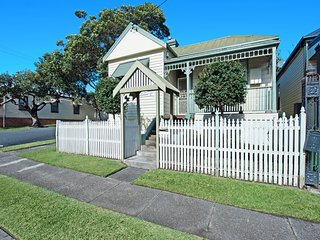 Stallard Cottage - fabulous vintage charm. Suits families and small groups. - Newcastle vacation rentals