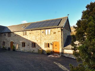 LITTLE COW HOUSE, mid-terrace stone cottage, en-suite, WiFi, garden, Chirk, Ref 929056 - Chirk vacation rentals