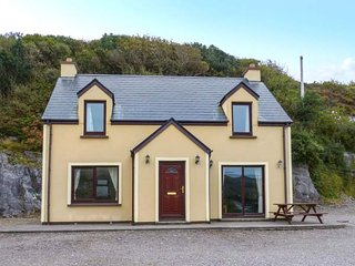 FIR TREE COTTAGE, detached, open fire, garden, off road parking, Caherdaniel, Ref 947954 - Caherdaniel vacation rentals