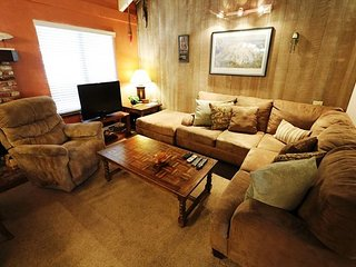 2 Bed + Loft / 3 Bath, Sleeps up to 8, WiFi & Pet Friendly - Mammoth Lakes vacation rentals