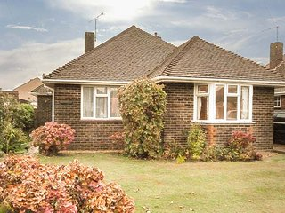 TIGH-AN-TRAIGH, detached bungalow, coastal, WiFi, en-suite, in Rustington, Ref 947434 - Rustington vacation rentals