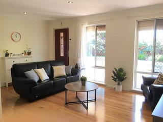 Cosy Cranford at Canning River near Cafes, Shops, Bakery, Pizza Restaurant - Booragoon vacation rentals