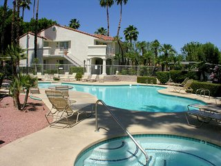 Cozy 2 bedroom Palm Springs Apartment with Shared Outdoor Pool - Palm Springs vacation rentals