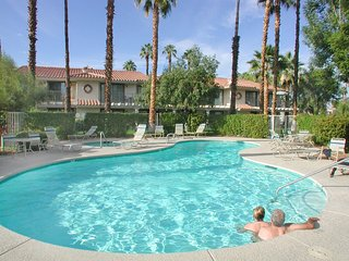 Bright 2 bedroom Apartment in Palm Springs with Shared Outdoor Pool - Palm Springs vacation rentals