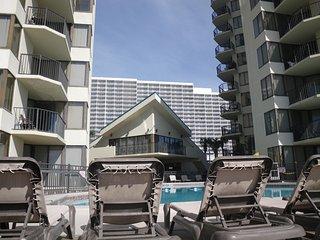 SUNBIRD LOW FLOOR* WALK TO RESTURANTS / BARS PINEAPPLE WILLYS - Panama City Beach vacation rentals