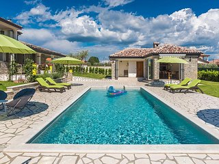 4 bedroom villa with pool, table tennis, bikes - Kastel vacation rentals