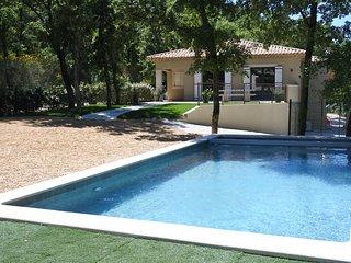 Villa récente avec vue sur le village de Faucon - Faucon vacation rentals