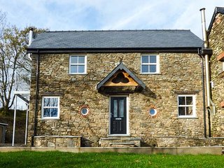 THE DAIRY, character, ground floor rooms, woodburner, near St Clears, Ref 917830 - Llangynin vacation rentals