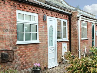 ELDERSLIE, cosy cottage close to beach, patio, bike storage, Hemsby, Ref 936313 - Hemsby vacation rentals