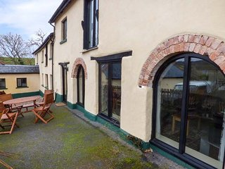 THE CIDER BARN, barn conversion, courtyard, WiFi, nr Teignmouth, Ref 941288 - Teignmouth vacation rentals