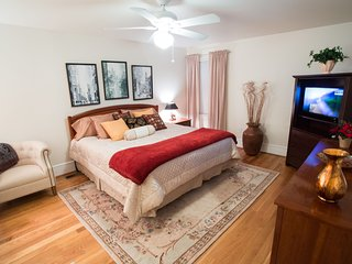 Private bedroom with bathroom at Loudoun Valley Manor near Leesburg - Waterford vacation rentals