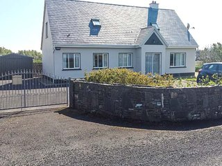 RINEMACKADERRIG, detached cottage, open fire, en-suite, lawned garden, in Carrigaholt, Ref 947809 - Carrigaholt vacation rentals