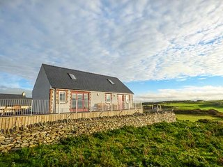YSGUBOR NEWYDD, detached cottage, en-suite wet room, wrap-around balcony, Cemaes Bay, Ref 948316 - Cemaes Bay vacation rentals