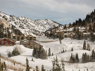 Nice Condo with Mountain Views and Hot Tub - Snowbird vacation rentals
