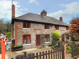 3 CROWN COTTAGES, forest views, woodburning stove, WiFi, Coleford, Ref 913421 - Coleford vacation rentals