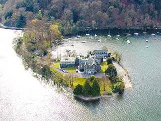 FROST, modern terraced cottage, WiFi, dog welcome, on the shore of Windermere, Far Sawrey, Bowness-on-Windermere, Ref 940918 - Bowness-on-Windermere vacation rentals