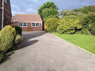 LITTLE LONDON NORFOLK, detached bungalow, king-size bed, enclosed garden, in Southery near Downham Market, Ref 949536 - Downham Market vacation rentals
