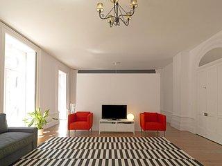 Spacious Charming Mártires apartment in Cedofeita with WiFi. - Porto vacation rentals