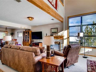 Spacious 4 BR/3 BA duplex, private hot tub, lg group/families, skiing, pet friendly, sleeps 11 - Silverthorne vacation rentals