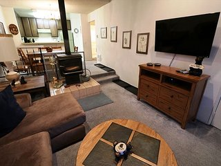 2 Bed + Loft / 2 Bath, Centrally located, WiFi, Sleeps up to 9! - Mammoth Lakes vacation rentals