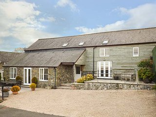 YSGUBOR, semi-detached, patios, WiFi, rural location, nr Llanfair Caereinion, Ref 947635 - Llanfair Caereinion vacation rentals