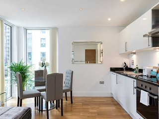 Newly-built 2 bed w/balcony in Canary Wharf - London vacation rentals