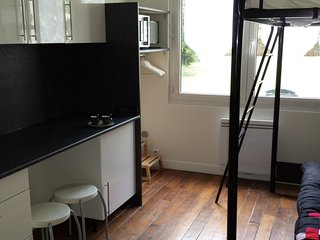 Charming Studio with Internet Access and Washing Machine - Saint-Mande vacation rentals