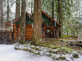 Discover peace and tranquility at this riverfront cabin among the trees. - Welches vacation rentals