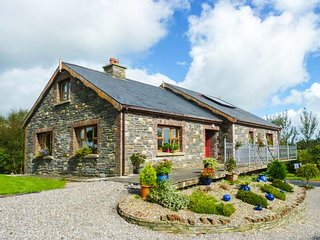 THE STONE HOUSE, detached, two open fires, WiFi, pet-friendly, private enclosed garden, near Kilrush, Ref 945088 - Foynes vacation rentals