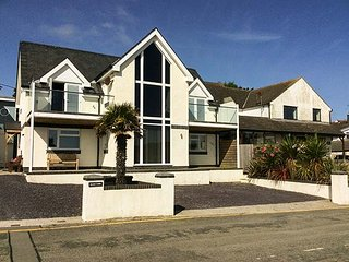 GLAN Y MOR, detached beachfront property, stunning sea views, in Bull Bay near Amlwch, Ref 947693 - Amlwch vacation rentals