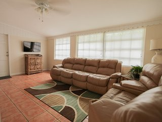 Large I Bed. Central Air, Beach, Marina, Docks - Key Largo vacation rentals