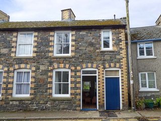 DELFRYN COTTAGE, terraced cottage over three floors, enclosed garden, WiFi, dog welcome, in Rhayader, Ref 948654 - Rhayader vacation rentals