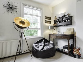 Stylish 2 Bed in Earl's Court - Sleeps 6 - London vacation rentals