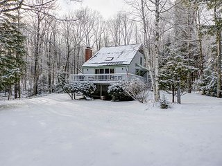 NEW RENTAL! 4BR Mountainside chalet near skiing w/ access to indoor pool! - Glen vacation rentals
