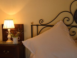 Montalcino, traditional Tuscan town house, perfectly positioned and comfortable - Montalcino vacation rentals