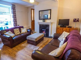 WORTH VALLEY COTTAGE, end-terrace, pet-friendly, patio, WiFi, in Haworth, Ref 943709 - Haworth vacation rentals