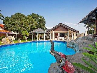 Nai Mueang Yai | 4 Bed Tropical Pool Villa in Central Pattaya - Pattaya vacation rentals