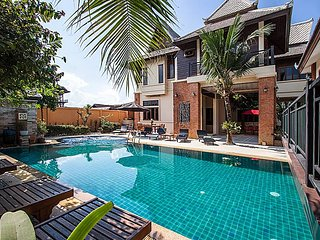 Baan Suay Tukta | 5 Bed Tropical Pool Villa near Jomtien Beach Pattaya - Jomtien Beach vacation rentals