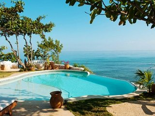 Wonderful 6 Bedroom Villa in Runaway Bay - Runaway Bay vacation rentals