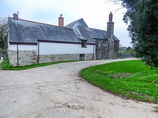 MUDGEON COTTAGE, on a working farm, woodburner, four poster double, Helford, Ref 945132 - Helford vacation rentals