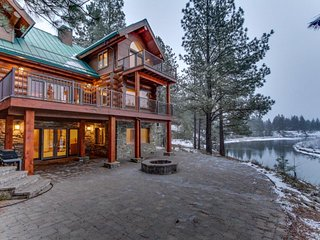 Luxurious riverfront home with jetted tub, Ping-Pong, gorgeous kitchen! - La Pine vacation rentals
