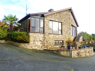 TEARMANN, detached, fantastic views, woodburners, private garden, WiFi, nr Gorey, Ref 944572 - Gorey vacation rentals